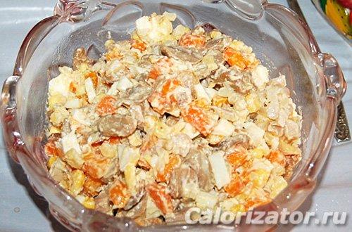 Салат из курицы с грибами, рисом и морковью