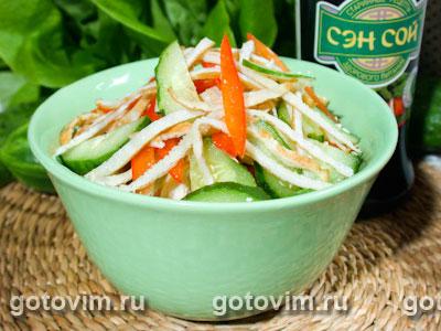 Салат из курицы с овощами и омлетом