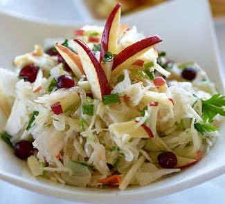 Салат из квашеной капусты с печеными яблоками