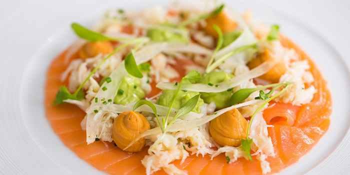 Салат из лосося с крабами