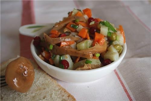 Салат из маринованных грибов с брусникой