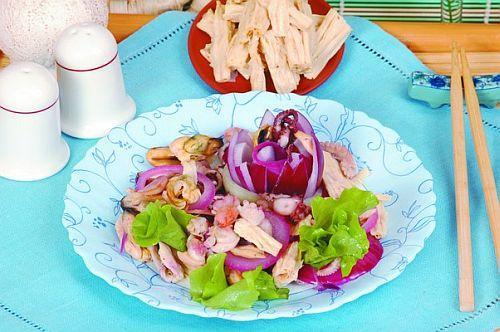 Салат из морепродуктов с луком и соевой спаржей