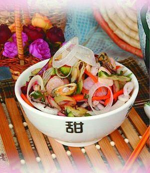 Салат из морепродуктов с огурцами и луком-пореем