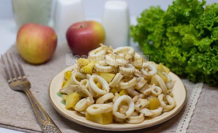Салат из морепродуктов с яблоками и луком