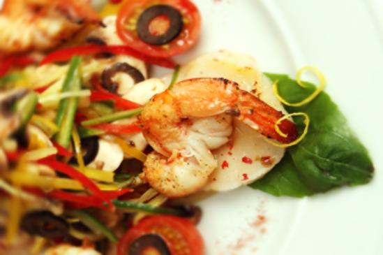 Салат из морского гребешка со свежими овощами