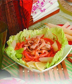 Салат из морского окуня с креветками и омлетом