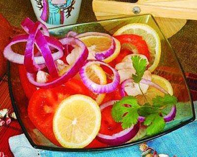 Салат из морской рыбы с помидорами и лимоном