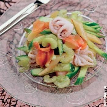Салат из осьминогов со спаржей и огурцами