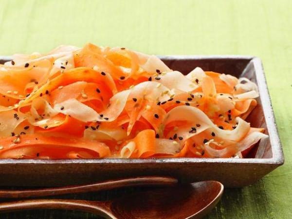 Салат из рисовой лапши с дайконом и морковью