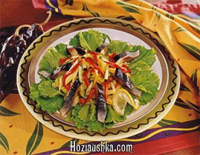 Салат из сельди и овощей с лимонным соусом