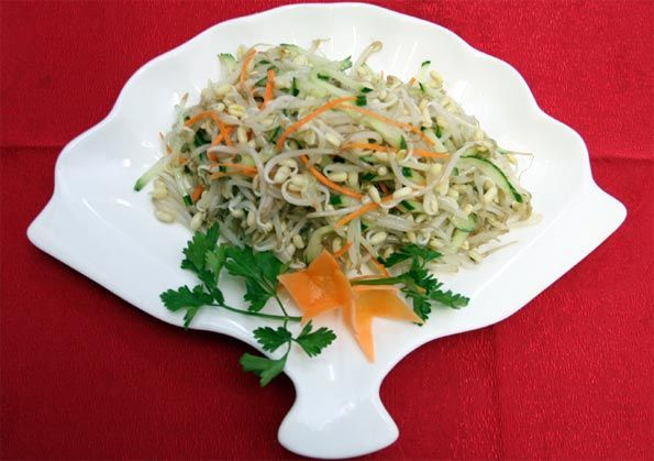 Салат из утки с ростками сои и фасолью