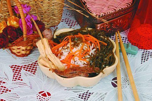 Салат из жареной говядины с рисом и морской капустой