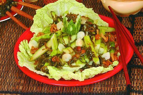 Салат из жареной камбалы с морскими водорослями