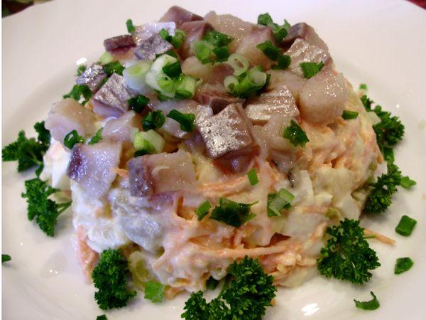 Салат овощной с сельдью и мясом