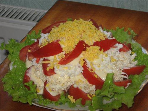 Салат с помидорами, рисом и яйцом