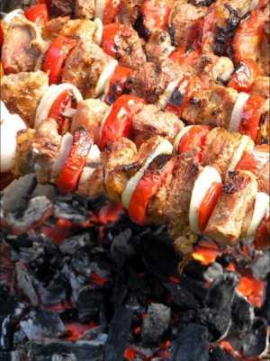 Шашлык из говядины, жаренный на вертеле