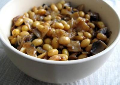 Соевые бобы с грибами и луком