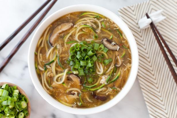 Суп с яичной лапшой, грибами и овощами