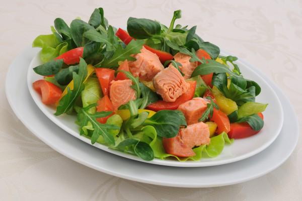 Закуска из лосося с овощами