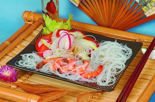 Жареные тигровые креветки с рисовой вермишелью