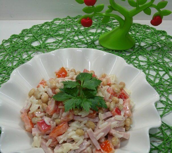 Салат из куриной ветчины с рисом и чесноком