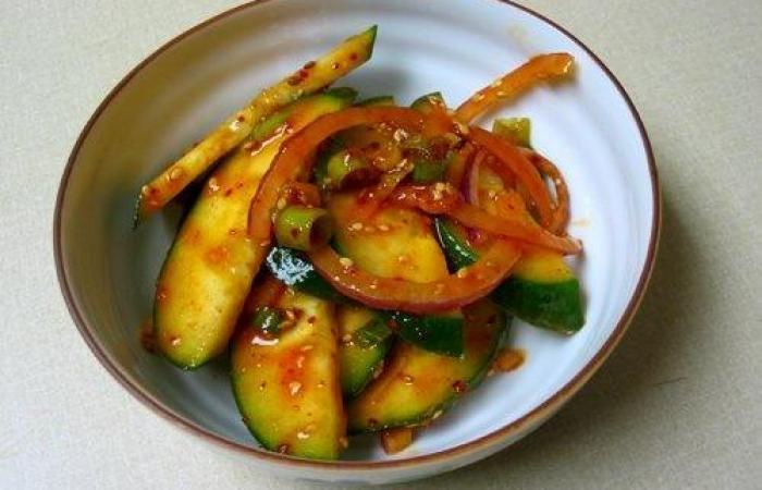 Салат из огурцов с пряным соусом