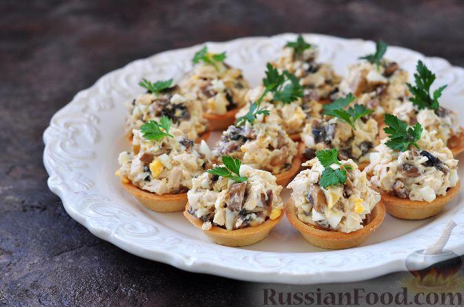 Тарталетки с куриным мясом и помидорами