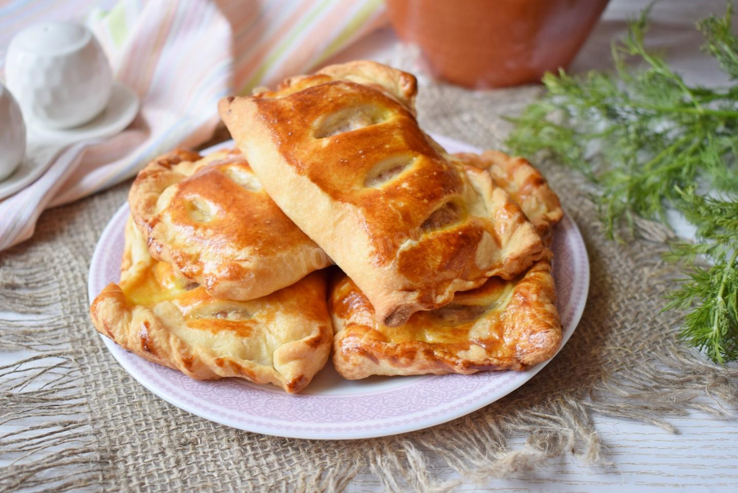 Пирожки слоеные с мясом в вишневом соусе