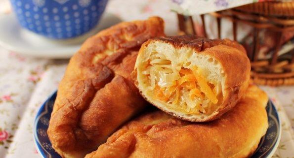 Пирожки жареные с квашеной капустой, луком и укропом