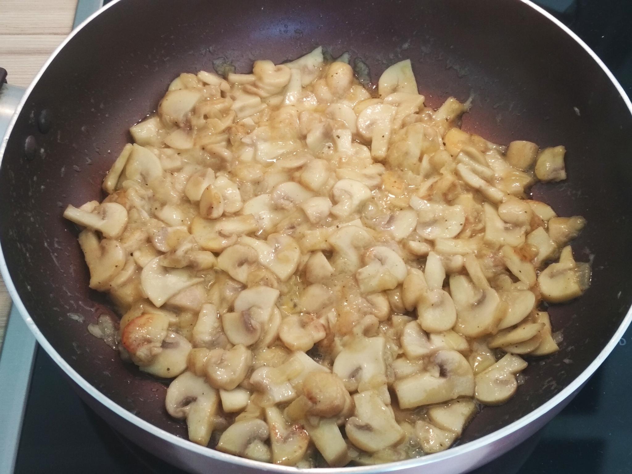 Грибная сковородка с легким соусом