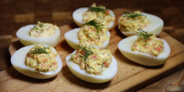 Яйца, запеченные в шубке из лосося
