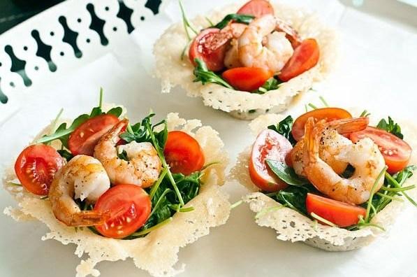 Корзинки из пармезана с салатом из креветок и рукколы