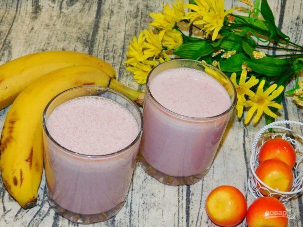 Молочно-фруктовый напиток с малиной и бананами