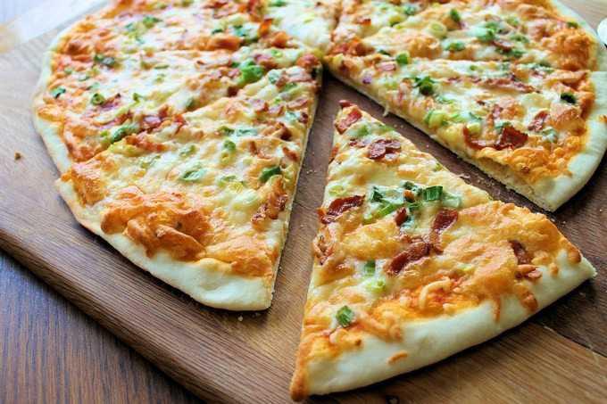 Пицца с зеленым луком и салями