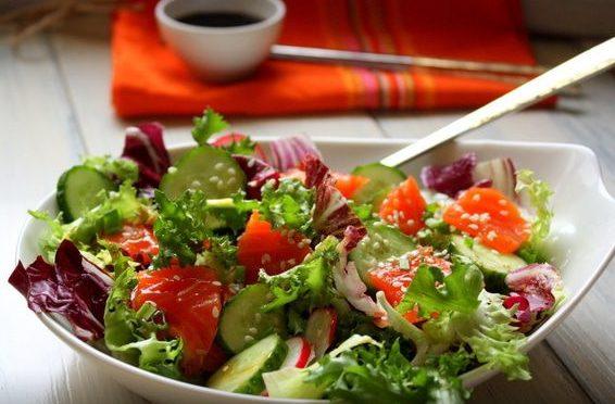 Салат с семгой и свежими овощами