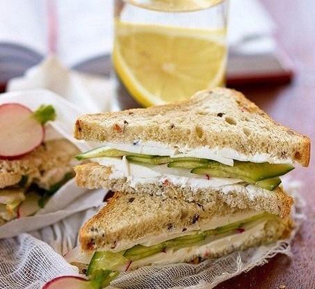 Сэндвич с сыром и редисом