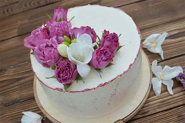 Украшение торта ягодами и свежими цветами