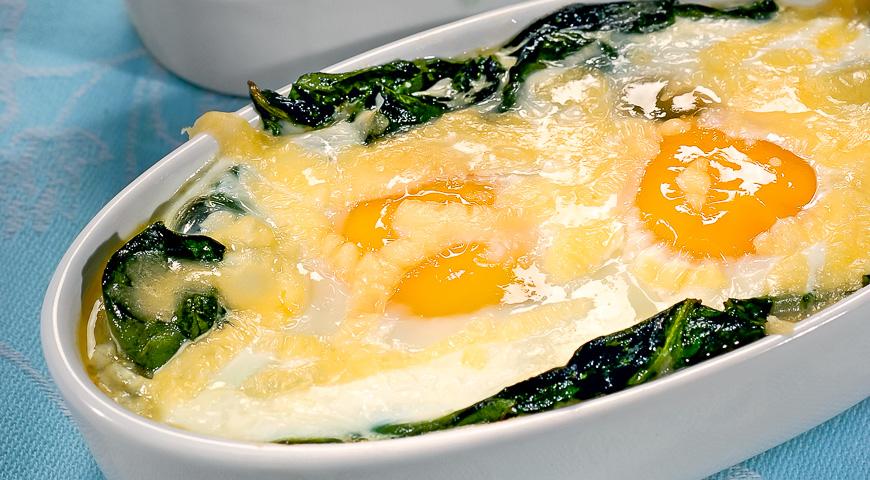 Запеченные яйца со шпинатом